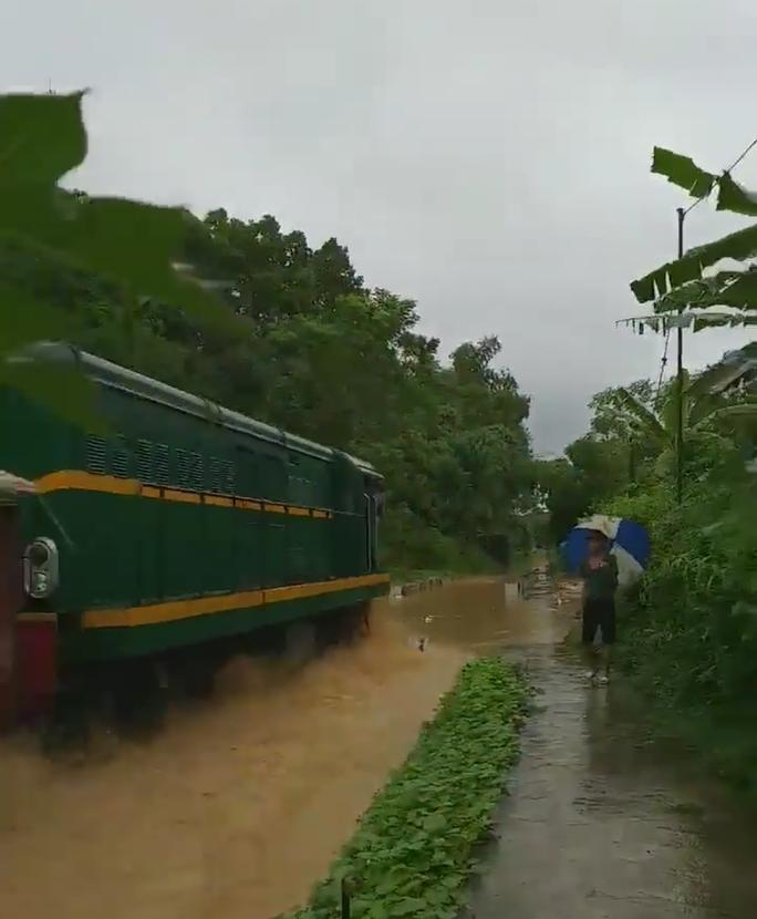 Sửng sốt ngỡ đoàn tàu hỏa lao vun vút trên sông - Ảnh 5.