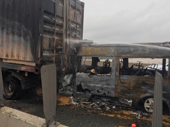 Hai xe tông nhau bốc cháy trên cao tốc, ít nhất 2 người chết - Ảnh 2.