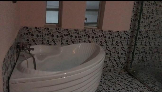 Video: Bắt quả tang tiếp viên tắm tiên, kích dục cho khách - Ảnh 6.