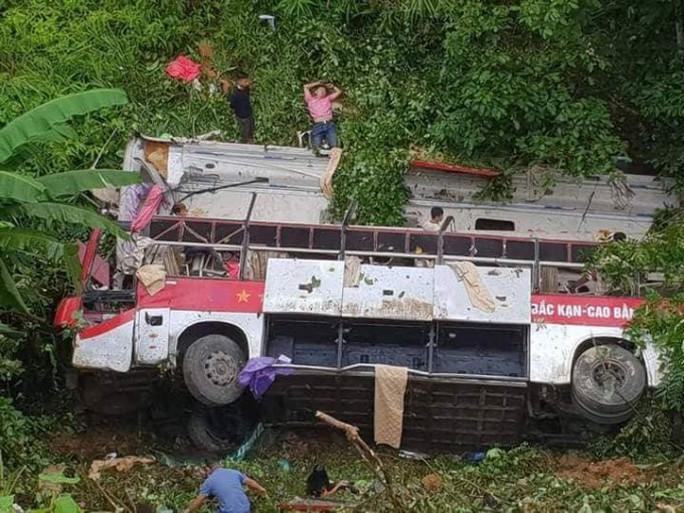 Xe khách lao xuống vực, ít nhất 4 người chết, 9 người bị thương - Ảnh 1.