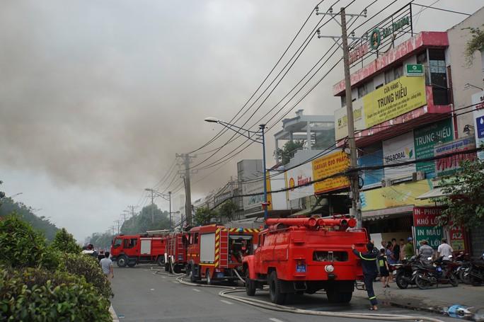 TP HCM: Cháy ngùn ngụt tại cơ sở sản xuất ghế sofa trên đường Trường Chinh - Ảnh 1.