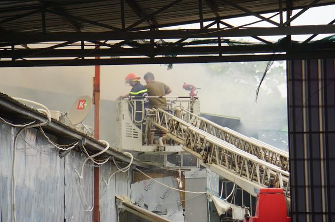 TP HCM: Cháy ngùn ngụt tại cơ sở sản xuất ghế sofa trên đường Trường Chinh - Ảnh 2.