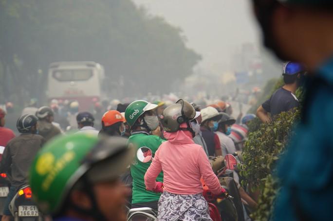 TP HCM: Cháy ngùn ngụt tại cơ sở sản xuất ghế sofa trên đường Trường Chinh - Ảnh 5.