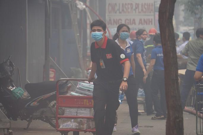 TP HCM: Cháy ngùn ngụt tại cơ sở sản xuất ghế sofa trên đường Trường Chinh - Ảnh 3.