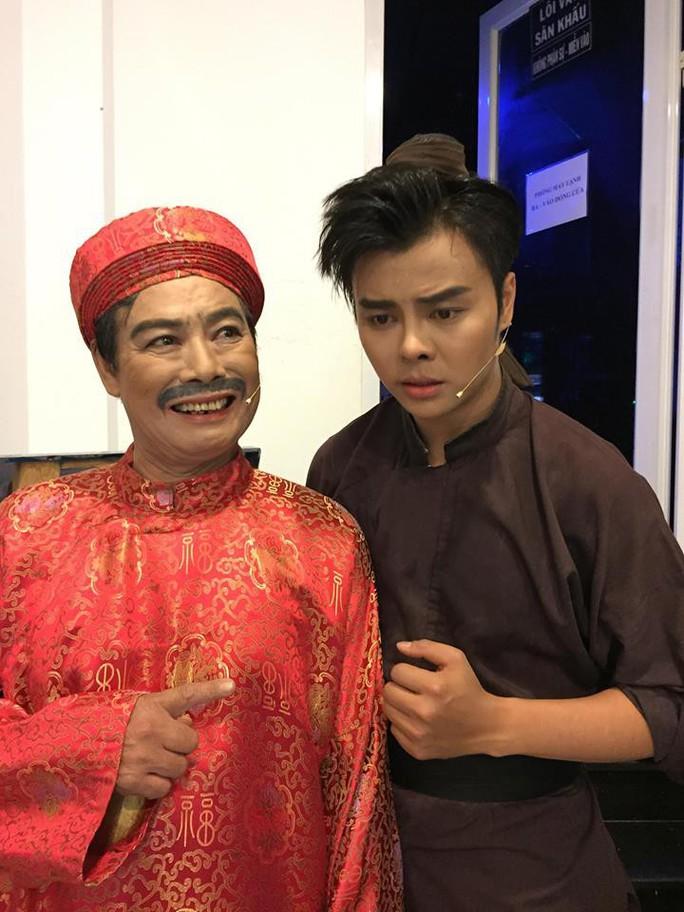 Nghệ sĩ Võ Minh Lâm xúc động hội ngộ cha trên sân khấu Hòn vọng phu - Ảnh 1.