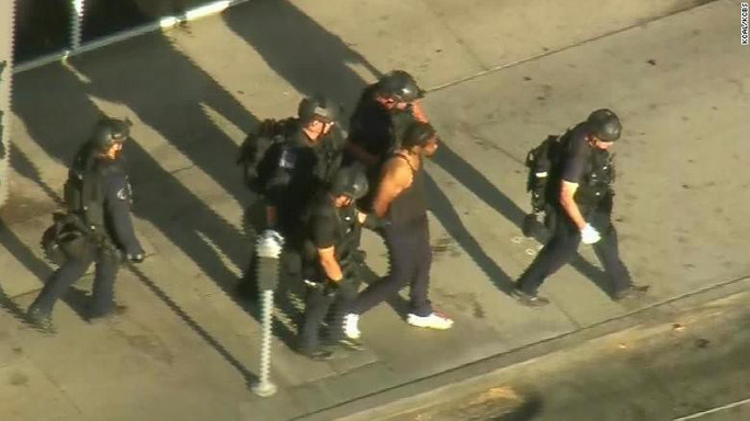 Mỹ: Xả súng bắn bà và bạn gái rồi xông vào siêu thị bắt hàng chục con tin - Ảnh 1.