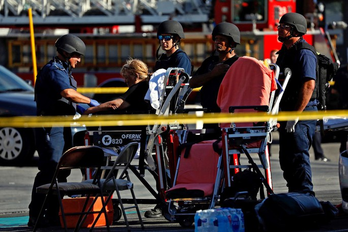Mỹ: Xả súng bắn bà và bạn gái rồi xông vào siêu thị bắt hàng chục con tin - Ảnh 3.
