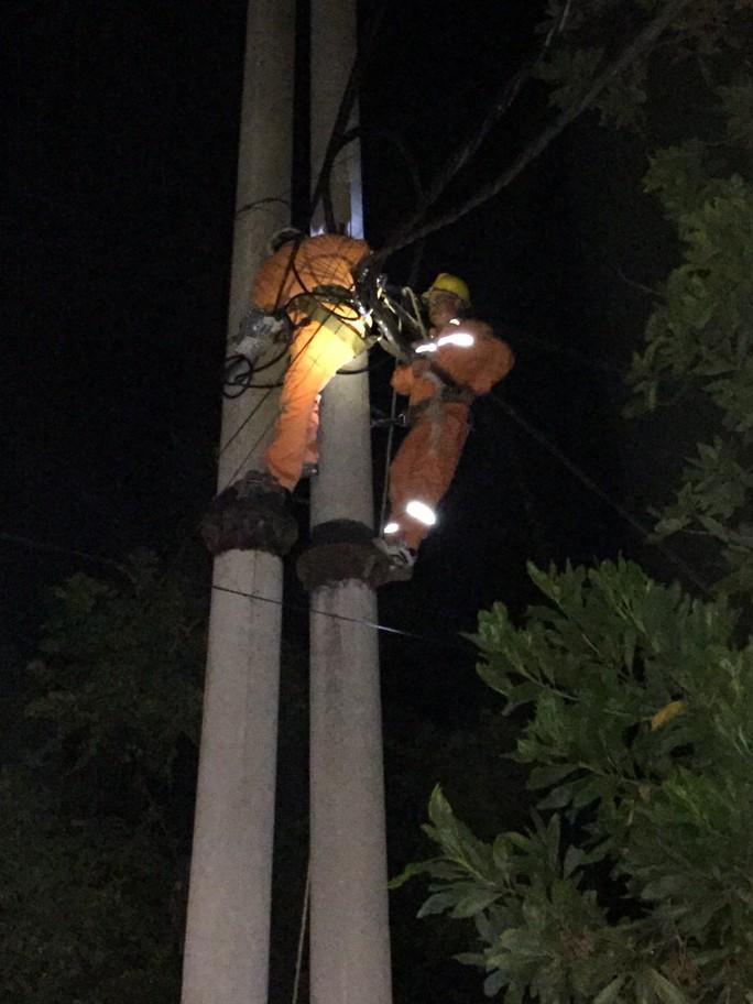 Cam kết cấp điện trở lại sớm nhất cho khách hàng sau mưa bão - Ảnh 1.