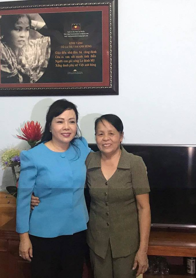 Bộ trưởng Nguyễn Thị Kim Tiến hát live tặng anh hùng La Thị Tám - Ảnh 1.