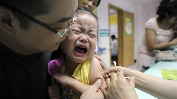 Hồng Kông lo ngại dân Trung Quốc đại lục đổ sang săn vắc-xin - Ảnh 1.