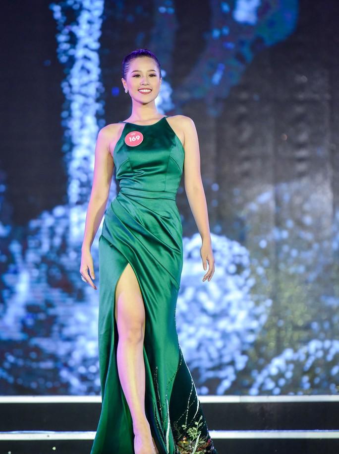 Người đẹp tặng hoa Tổng thống Donald Trump vào chung kết Hoa hậu Việt Nam  - Ảnh 6.