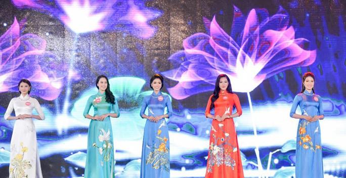 Người đẹp tặng hoa Tổng thống Donald Trump vào chung kết Hoa hậu Việt Nam  - Ảnh 1.