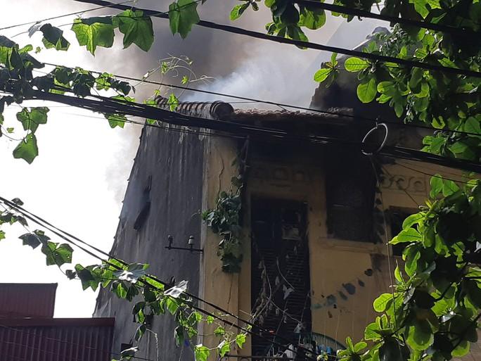 Hà Nội: Cháy lớn nhà kiểu Pháp trên phố, trẻ em lao thoát ra ngoài - Ảnh 1.