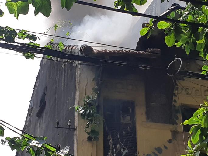 Hà Nội: Cháy lớn nhà kiểu Pháp trên phố, trẻ em lao thoát ra ngoài - Ảnh 7.