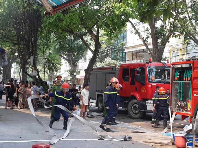 Hà Nội: Cháy lớn nhà kiểu Pháp trên phố, trẻ em lao thoát ra ngoài - Ảnh 8.