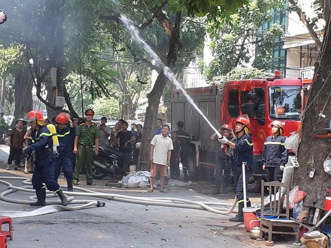 Hà Nội: Cháy lớn nhà kiểu Pháp trên phố, trẻ em lao thoát ra ngoài - Ảnh 9.