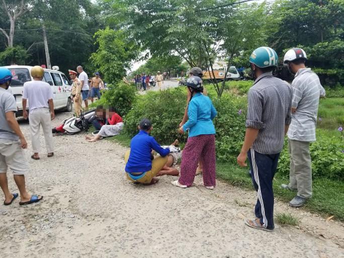 Trốn CSGT, 2 cô gái tông người đi đường nhập viện - Ảnh 1.