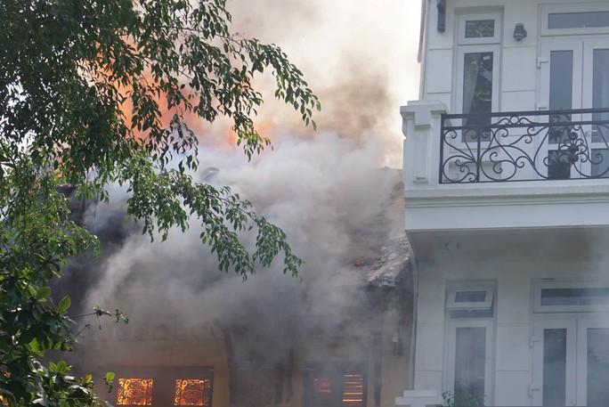 Hà Nội: Cháy lớn nhà kiểu Pháp trên phố, trẻ em lao thoát ra ngoài - Ảnh 3.
