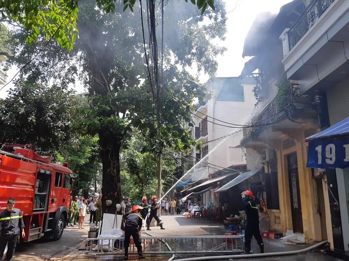 Hà Nội: Cháy lớn nhà kiểu Pháp trên phố, trẻ em lao thoát ra ngoài - Ảnh 10.
