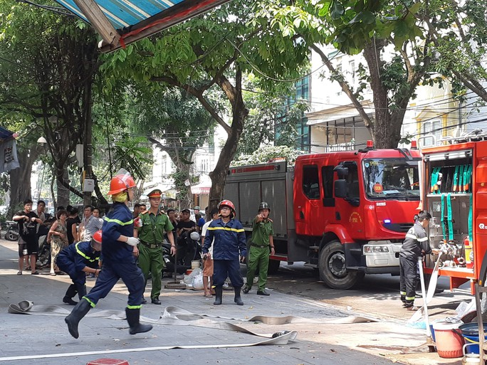 Hà Nội: Cháy lớn nhà kiểu Pháp trên phố, trẻ em lao thoát ra ngoài - Ảnh 11.