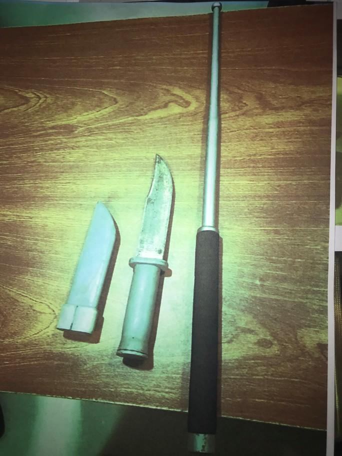 Khống chế 2 thanh niên mang dao định chạy vào sân bay Tân Sơn Nhất - Ảnh 1.