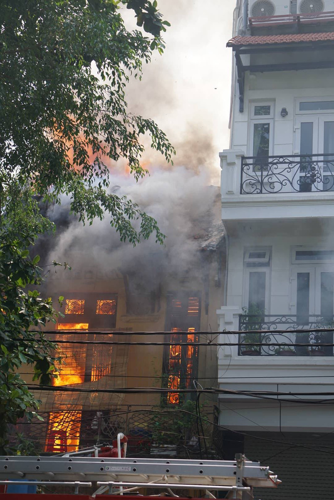 Hà Nội: Cháy lớn nhà kiểu Pháp trên phố, trẻ em lao thoát ra ngoài - Ảnh 4.