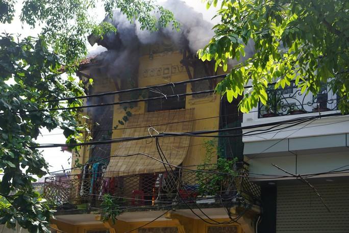 Hà Nội: Cháy lớn nhà kiểu Pháp trên phố, trẻ em lao thoát ra ngoài - Ảnh 6.