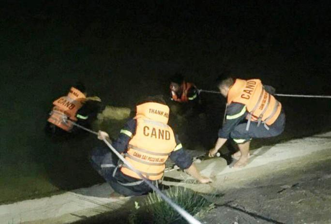 Thấy đôi dép và điện thoại trên bờ, mò tìm thấy thanh niên tử vong dưới hồ - Ảnh 1.
