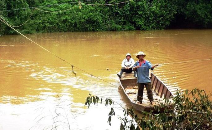 Đu dây qua sông, 2 người bị nước lũ cuốn trôi thương tâm - Ảnh 1.