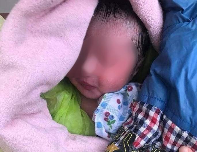 Phát hiện trẻ sơ sinh còn nguyên dây rốn ở nghĩa trang - Ảnh 1.