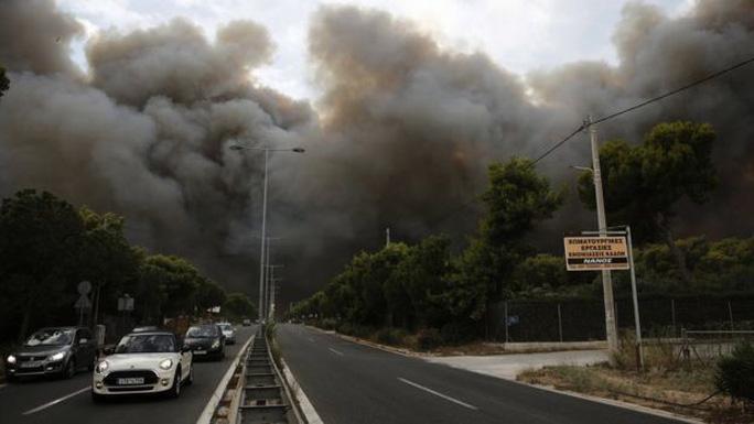 Cháy rừng Hy Lạp: Hàng chục người vượt không nổi biển lửa, chết gục trong sân nhà - Ảnh 1.