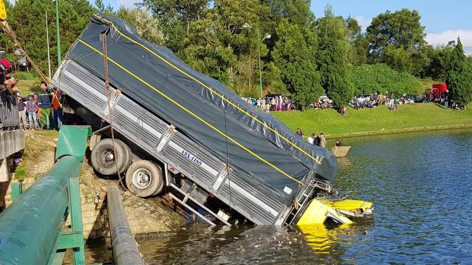 Xe tải lao thẳng xuống hồ Xuân Hương như phim - Ảnh 3.