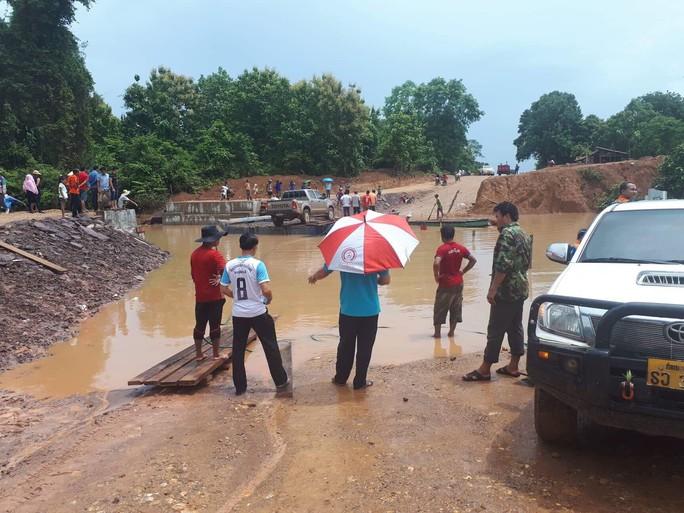 Tường thuật từ nơi vỡ đập thủy điện Lào: Chỉ còn cách dùng trực thăng, ca-nô để cứu người - Ảnh 8.