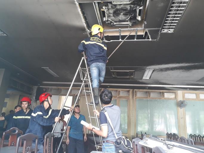 Hội trường Trường ĐH Y dược Huế bốc cháy dữ dội - Ảnh 1.