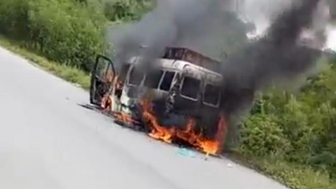 Xe tang chở tro cốt đang chạy bỗng bốc cháy nghi ngút - Ảnh 1.