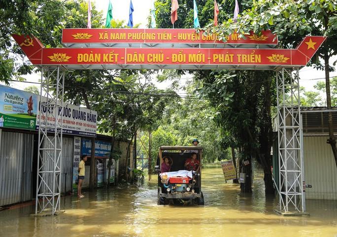Hà Nội: Cuộc sống đảo lộn nơi người dân phải chèo thuyền trên đường - Ảnh 4.