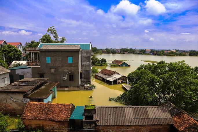 Hà Nội: Cuộc sống đảo lộn nơi người dân phải chèo thuyền trên đường - Ảnh 1.