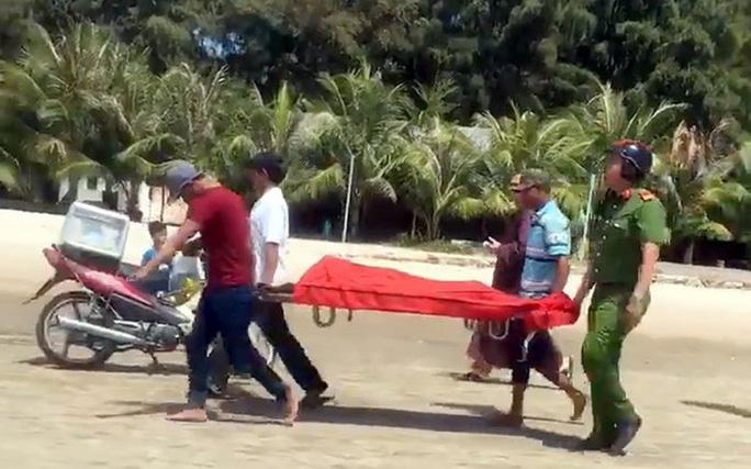 Quảng Nam: 2 người chết đuối khi tắm biển - Ảnh 1.