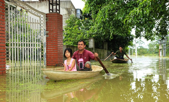 Hà Nội: Cuộc sống đảo lộn nơi người dân phải chèo thuyền trên đường - Ảnh 2.