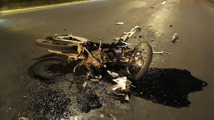 Chạy vào làn ô tô, thanh niên bị xe container tông nguy kịch - Ảnh 1.