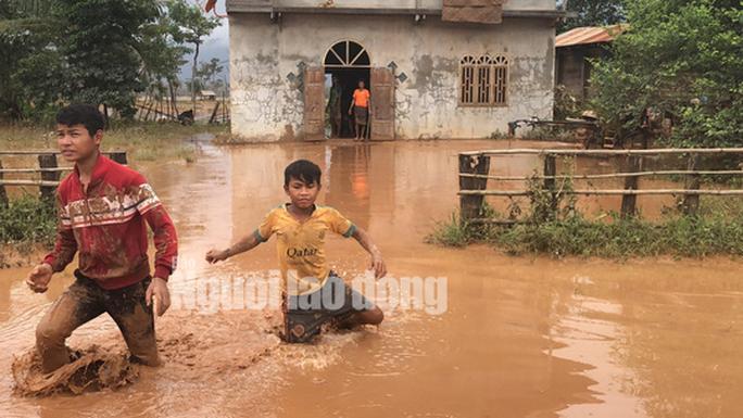 THẢM HOẠ VỠ ĐẬP THUỶ ĐIỆN: Động vật chết khắp nơi, trẻ em lội bùn nhận cứu trợ - Ảnh 4.