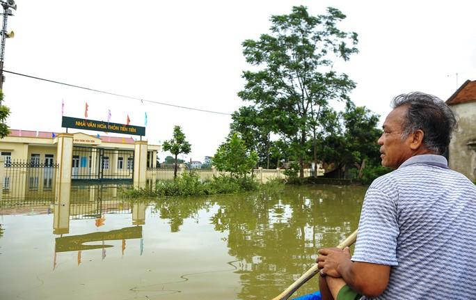 Hà Nội: Cuộc sống đảo lộn nơi người dân phải chèo thuyền trên đường - Ảnh 3.