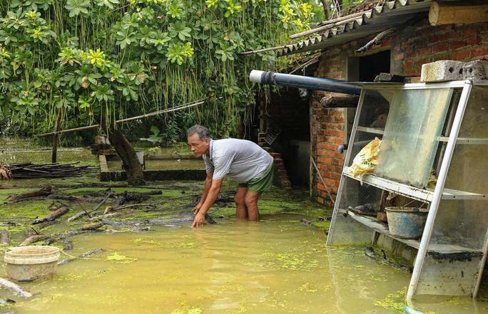 Hà Nội: Cuộc sống đảo lộn nơi người dân phải chèo thuyền trên đường - Ảnh 8.
