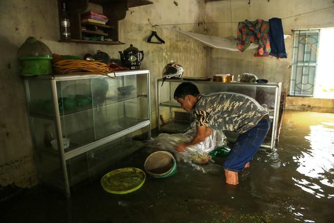 Hà Nội: Cuộc sống đảo lộn nơi người dân phải chèo thuyền trên đường - Ảnh 7.
