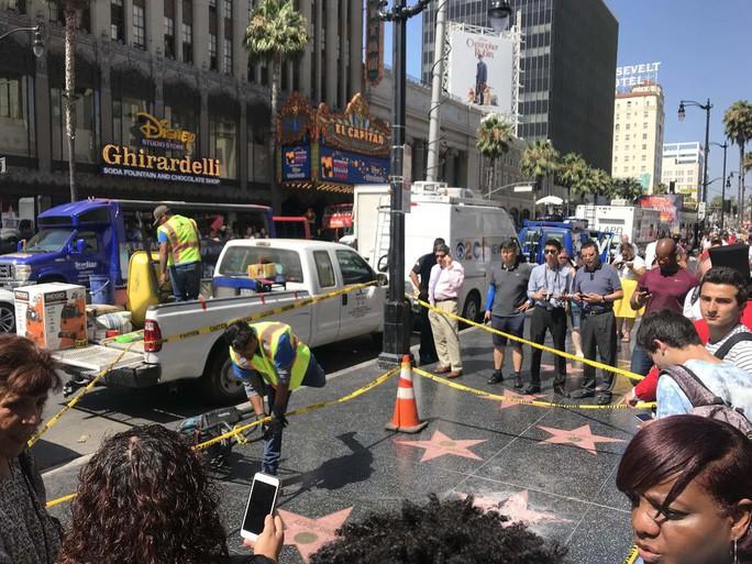Ngôi sao của Tổng thống Donald Trump trên Đại lộ danh vọng bị đập nát - Ảnh 9.