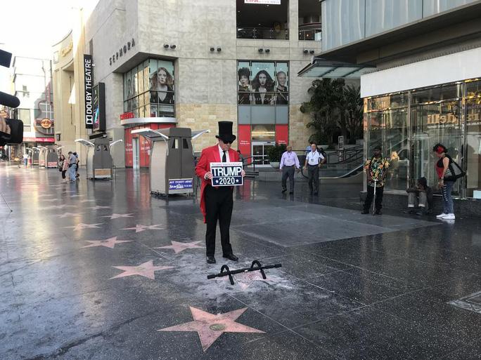 Ngôi sao của Tổng thống Donald Trump trên Đại lộ danh vọng bị đập nát - Ảnh 8.
