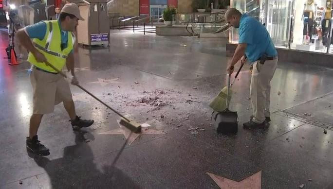 Ngôi sao của Tổng thống Donald Trump trên Đại lộ danh vọng bị đập nát - Ảnh 2.