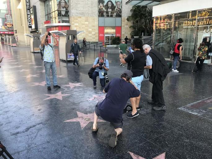 Ngôi sao của Tổng thống Donald Trump trên Đại lộ danh vọng bị đập nát - Ảnh 6.