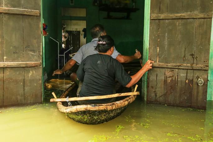 Hà Nội: Cuộc sống đảo lộn nơi người dân phải chèo thuyền trên đường - Ảnh 6.