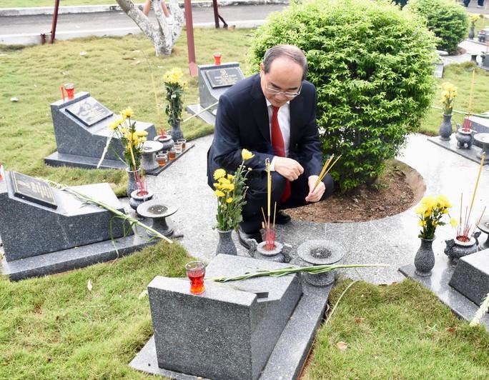 Lãnh đạo TP HCM dâng hương tưởng niệm các anh hùng liệt sĩ - Ảnh 2.